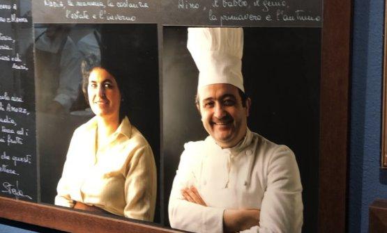 Uno dei ritrattidi Nadia e Aimo Moroni in corridoio