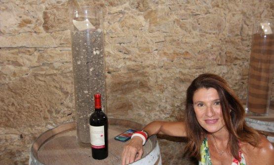 Gaetana Jacono mostra con orgoglio il suo Frappato