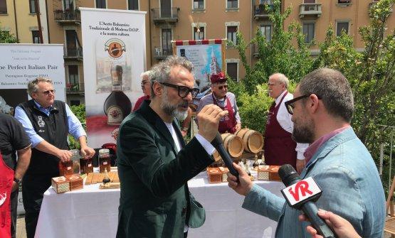 Bottura risponde alle domande al termine della presentazione, stamane a Milano