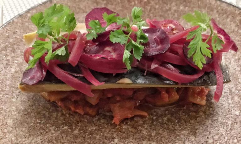 Sgombro marinato confit alle spezie Colombo con caponata e cipolla rossa caramellata