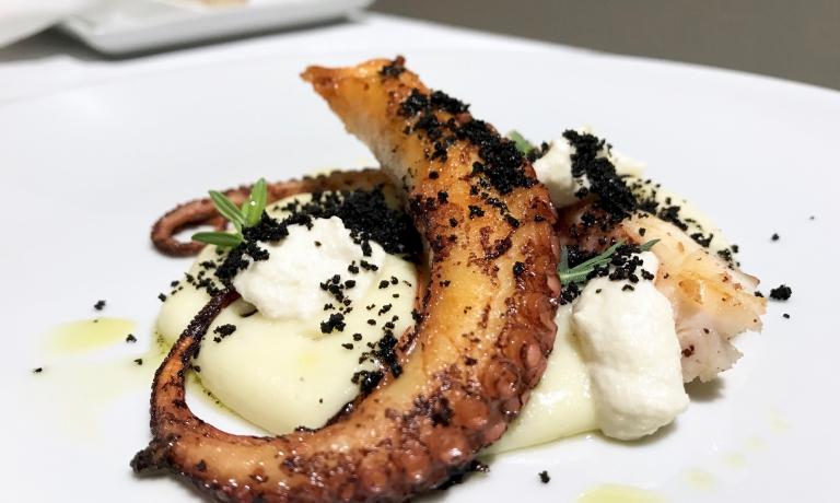 Polpo in doppia cottura al nero d'olive, purea di patate affumicate, crema di mandorle. Molto buono, il polpo è croccante, regala sentori di abbrustolito che abbracciano l'affumicato delle patate, poi l'aroma del timo