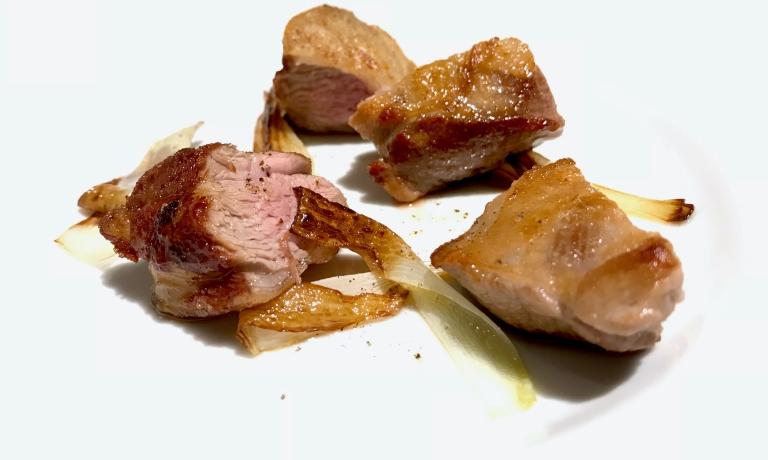 Memorabile l'Agnello sardo e cipollotti. Semplicità totale,essenza del gusto, «non metto salse o fondi perché voglio proporre la purezza del sapore»