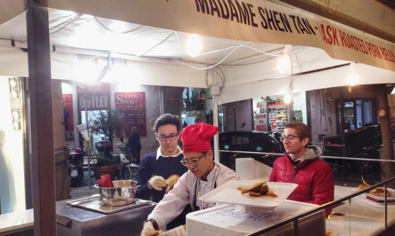Lo stand di Madame Shen Tan, cuoca di street food da Singapore