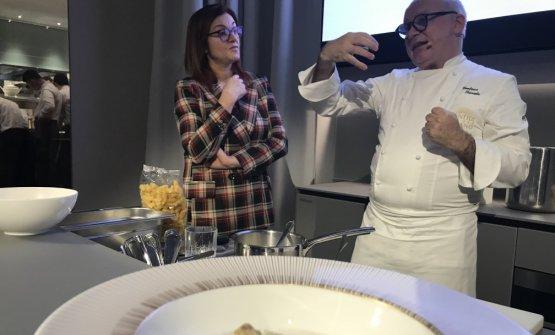 Trovato con la giornalista Eleonora Cozzella, incaricata come d'abitudine di condurre la lezione dello chef ospite di Identità di Pasta