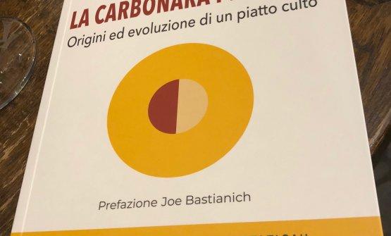"""Particolare di copertina del libro """"La Carbonara Perfetta""""di Eleonora Cozzella. Si può acquistare online sul sito dell'editore Cinquesensi a 20 euro. La prefazione è di Joe Bastianich"""