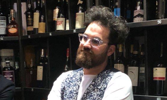 Luciano Monosilio ascolta l'autrice da Roscioli. Il cuoco romano ha contribuito con Alessandro Pipero alla diffusione e cultura della Carbonara nella cucina d'autore
