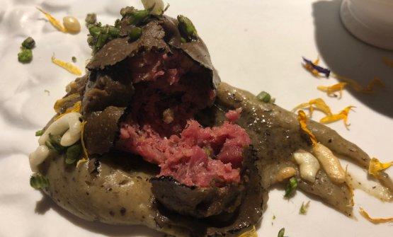 Tartare di manzo macerata 50 giorni, tartufo nero pregiato, crema di patate tartufata, patate soffiate e crema di peperoni