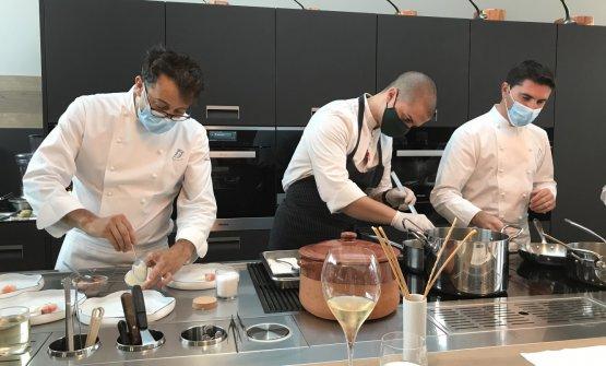 Negrini e Pisani al lavoro. Con loro, il cuoco Alessandro Pinton