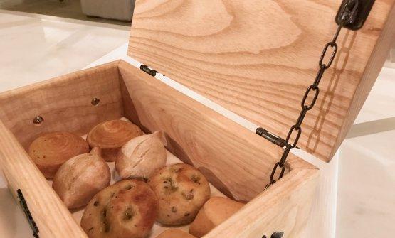 I pani maison. C'è una sfoglia alle erbe (timo e rosmarino), un pane bianco di Tumminia, una focaccia di Russello alle olive, un panino quadrato di farina di ceci con semi di finocchietto, dei grissini al sesamo