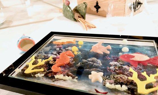 Infondo al mare:crudo di pesci e crostacei agli agrumi e sale di Trapani. Piatto nuovo nuovo, lo abbiamo raccontato qui:La ricetta dell'estate di Giuseppe Biuso. Nel nostro caso il cavalluccio è fatto con una tartare di gambero rosso di Mazara, poi c'è il salmone, altre tartare di ricciola e quella di scampi (la stella in basso a destra), una meravigliosa maionese al pompelmo, alghe, gel di cedro, arancia e limone, finger ime