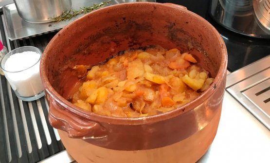 Una parte rilevante della bontà di questo risotto sta in questo coccio, in cui cuociono patate e carote di Polignano e cipolle di Giarratana. Da qui, la crema che arricchisce il piatto