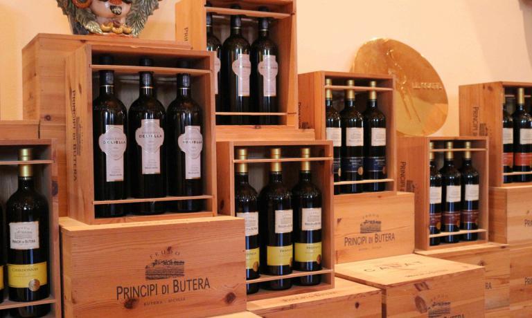 La Tenuta di questa azienda si trova a Butera, in provincia di Caltanissetta, nel cuore della Sicilia (tel. +39.0934.347726).La Famiglia Zoninne èproprietaria dal 1997