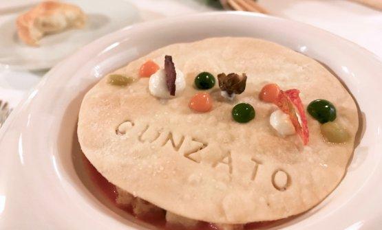 U pani cunzatu: piatto del 2017, è pane condito con ricotta salata di Vulcano, pomodorino datterino, olive Nocellara del Belice, capperi fritti di Salina e acciuga di Ispra. Pieno di aroma, quasi aggressivo, ma stemperato dall'acidità del pomodoro. Nel complesso un piatto che onora la Sicilia