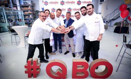 L'imprenditore Giuseppe Malavasi, al centro, insieme agli chef e tecnologi alimentari che ogni giorno mettono a punto nuove ricette all'interno dell'azienda Roboqbo