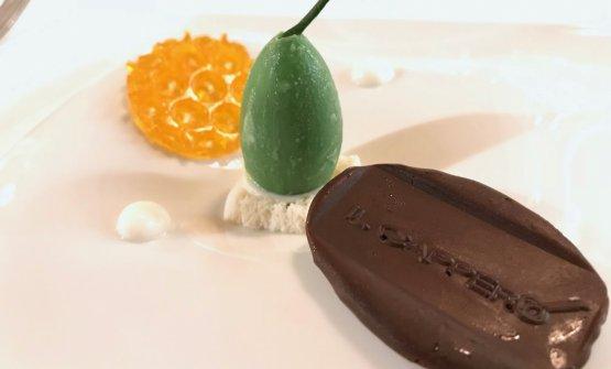 I dessert sono un gradino sotto al resto. QuiCioccolato fondente 70%, capperi, limone, cioccolato bianco, mousse allo yogurt, gelatina di miele
