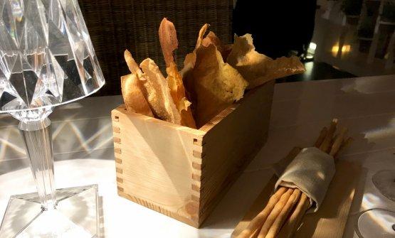 Vale la pena iniziare con i lievitati, di gran qualità. Sopra, vari grissini e chips, tutti fatti con sale di Mozia e olio egrano da Regaleali...