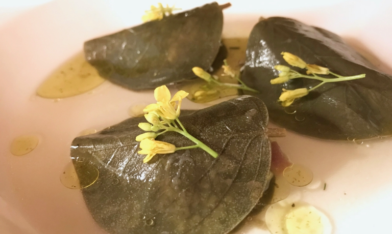 Fagottini di foglie di cappero, tartare di sgombro, dashi di capperoe finocchio fermentato. Ne abbiamo parlato sopra