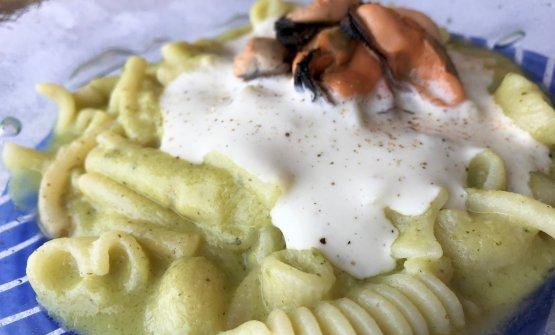 Pasta mista con cozze, zucchine e ragusano