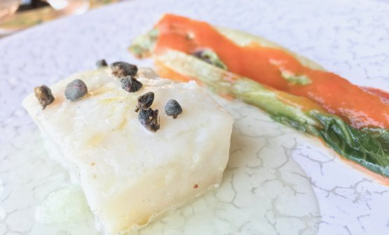 Baccalà con lattuga marinata, peperone e cetriolo