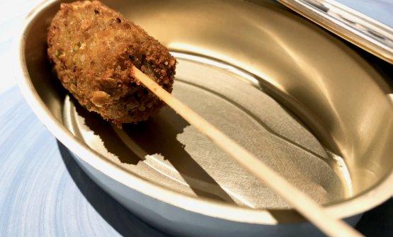 Stecco d'acciuga in crosta di pistacchi e mandorle, crema di ceci