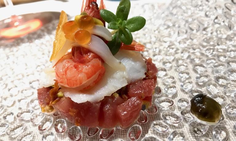 Tartare di tonno, carpaccio di baccalà, gamberi rossi di Mazara, uova di salmone e di lompo, frutta senapata, confettura di capperi