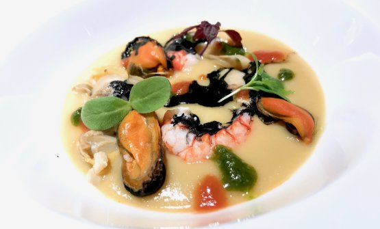 Omaggio a Gualtiero Marchesi: cozze, vongole, nero di seppia, creme di basilico e pomodoro, aglio dolce, daikon, cumino, crema di ceci