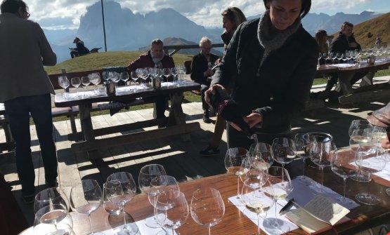 La degustazione in mezzo alle Dolomiti