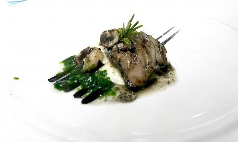 Un altro granpiatto: Seppie grigliate, spuma di patate, nero di seppia, lattuga di mare. Viene servito al tavolo con l'affumicatura a freddo con segatura di faggio