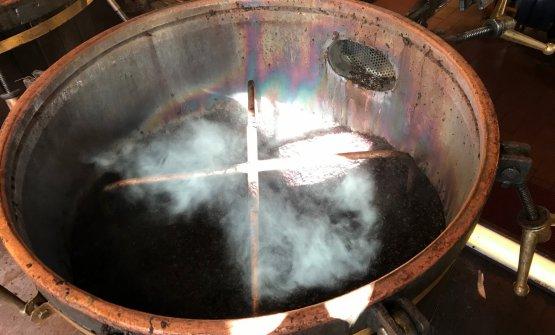 Una caldaia ancora piena di vinacce fumanti dopo la distillazione