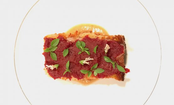Pane cotto nel grasso del Grana Padano,concentrato di datterino, basilico e crema di scarti di mela