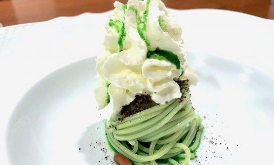 Spaghettino freddo, olio al basilico, panna montata e pinoli. Piattoa nostro parere davvero brutto, ma anche davvero buono, con note gustative intense