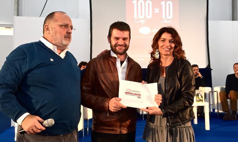 Enrico Bartolini premiato da Paolo Marchi ed Elisa