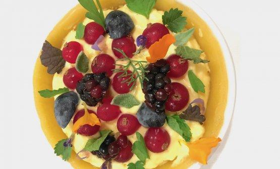 Crostatina cruda ma cotta, crema di chantilly e zabaione, frutti rossi, erbe, confettura di susine