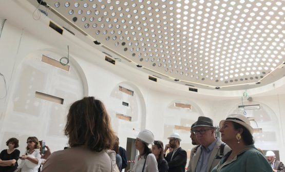 Lo splendido soffitto ovale dal quale filtra la luce che illumina la grande sala eventi