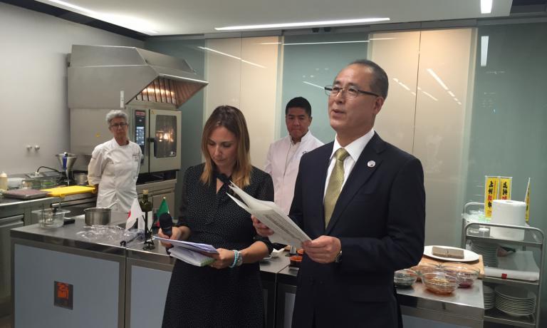Hideaki Mashimo, direttore del dipartimento di Agricoltura della prefettura di Gunma con l'inteprete Sara Carpentieri
