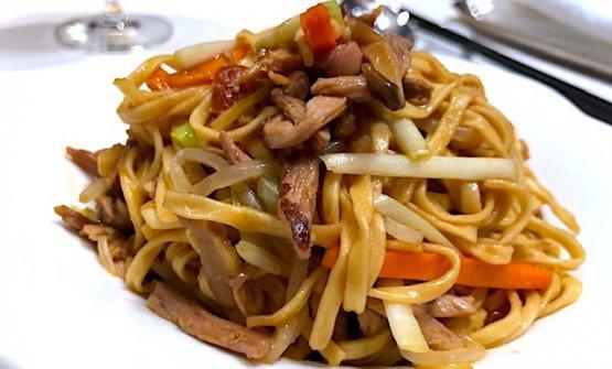 Il secondo servizio dell'anatra, con noodles, funghi e alcune verdure