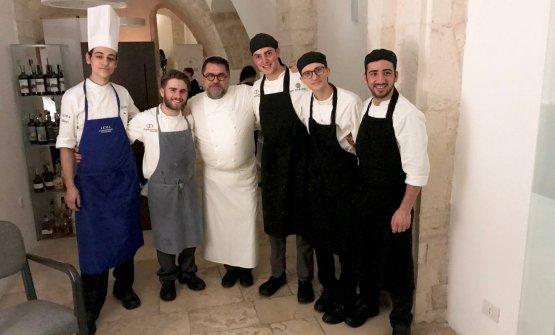 Sabatelli e brigata. Lui al centro, gli altri, da sinistra, sonoAlessandro Guagnini, Riccardo Losappio (sous chef), Andrea Mazzei, Giovanni Sgaramella, Francesco Innocente