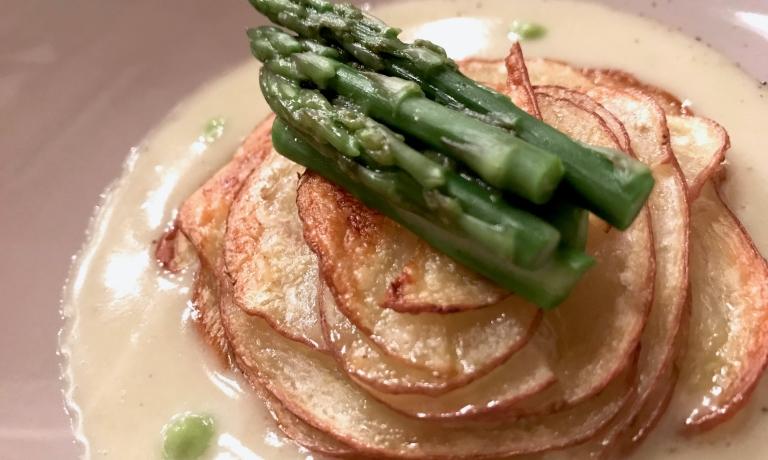 Girasole di patata rossa toscana di S.Nicolò su blu cremoso del Monviso, gocce di limone bio e cuori di carciofo violetto croccante