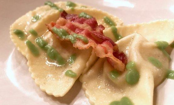 Ravioli liquidi cacio e pepe al pecorino romano, salsa di asparagi, guanciale croccante del Fracassi