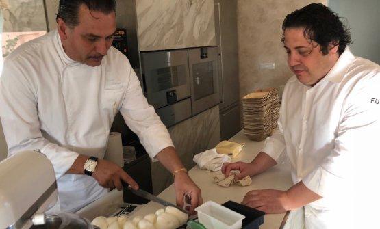 Bassi e Fusto alle prese con le mozzarelle di bufala di Ponte Molinello, azienda di Giffoni (Salerno), bufale esagerate