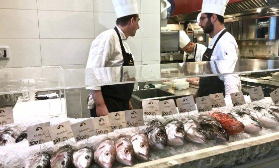 All'entrata, la scelta del pesce dal bancone