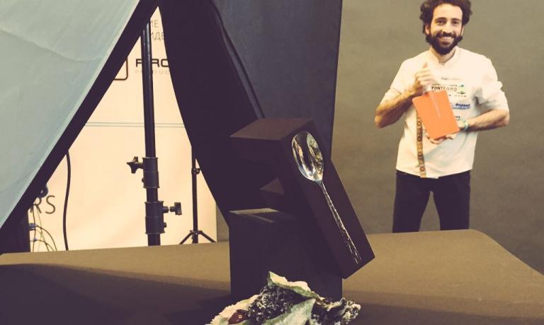 Aliberti fotografato mentre viene fotografato dallo staff di Fontegro