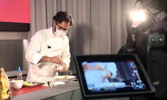 Carlo Cracco inquadrato da una delle telecamere ch