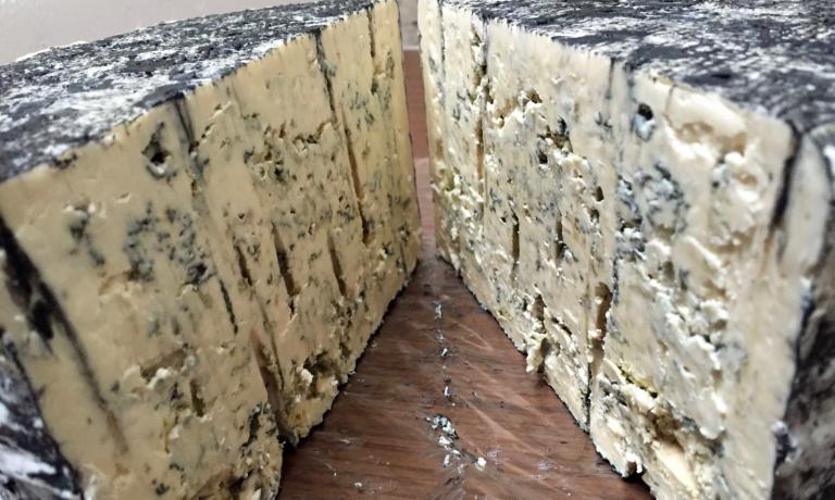 Erica blu, un erborinato stile stilton prodotto da Marco Bernini nella sua fattoria La Cavarchella, via Ca' d'Andrino 6, Pozzol Groppo (Al),fattoriabernini@gmail.com(foto Passera)