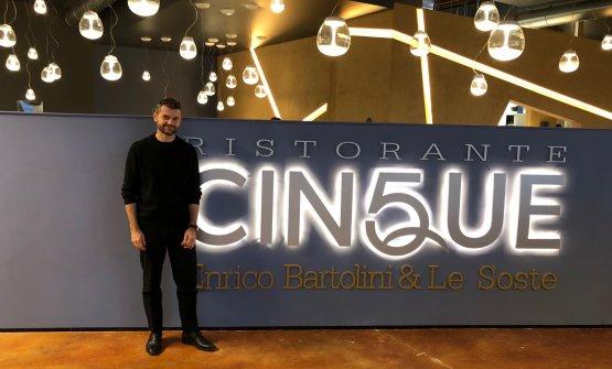 Enrico Bartolini davanti all'entrata del suo nuovo ristorante Cinque (è il quinto in Italia) all'interno del Fico Eataly World di Bologna. Lo chef ci annuncia la prossima apertura anche di due bistrot a Milano. E altro ancora...