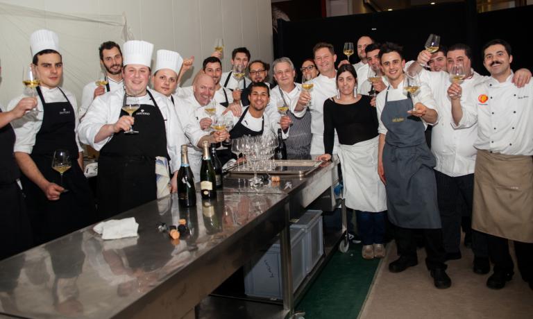 Foto di gruppo al termine della cena di gala in Triennale cucinata dai nove chef che entrano nell'associazione Le Soste (foto Carlo Fico)