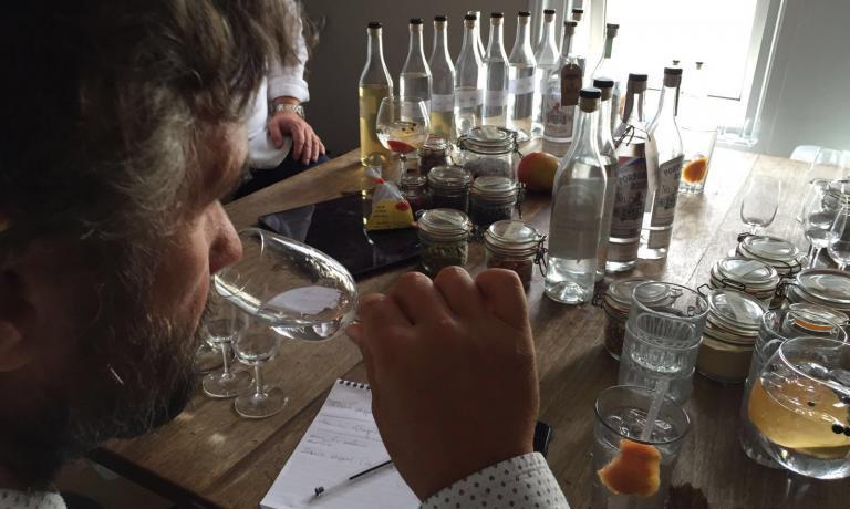 Carlo Cracco alla prova olfattiva dei botanicals a Londra, il 7 settembre scorso