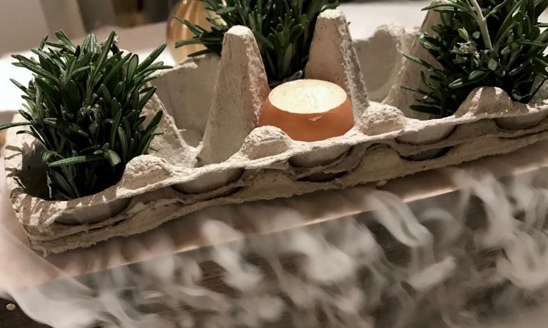 Uovo bio affumicato al rosmarino, patate affumicate al sifone, chorizo iberico e salsa meunière. Un signaturedi Royer, buonissimo