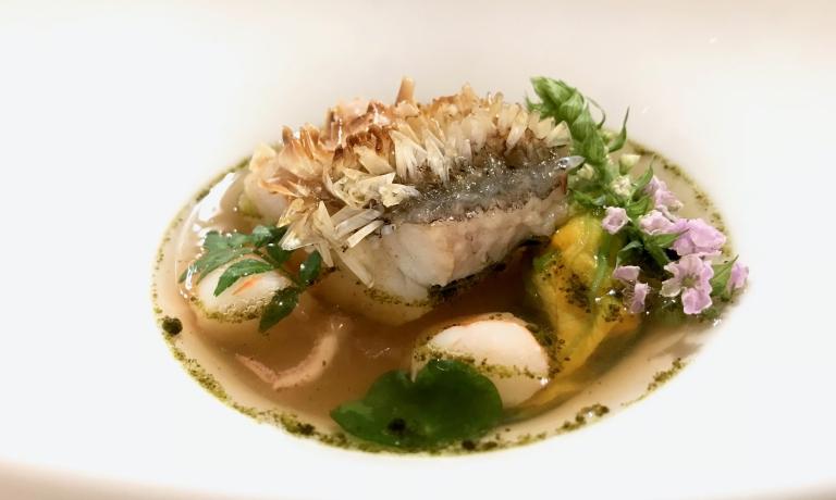 Amadai, la sua pelle croccante, consommé di anguilla affumicata, calamaro Yari ika, olio di alga nori. Piatto meraviglioso e buonissimo, l'amadai è un pesce della famiglia delle orate, l'Odette se lo fa arrivare da Nagasaki