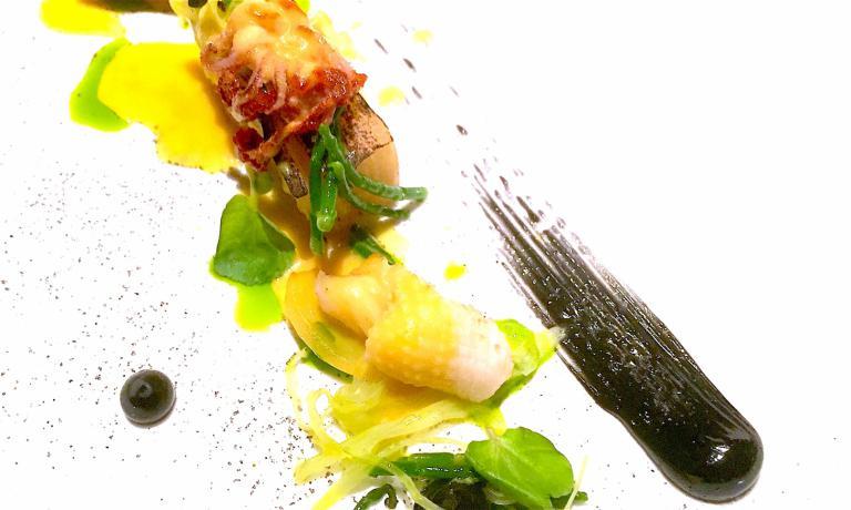 Un altro gustoso ed elegante piatto di Mantis: Il Calamaro, con patata arrosto, salicornia, finocchio e maionese di nero del cefalopode (foto Passera)